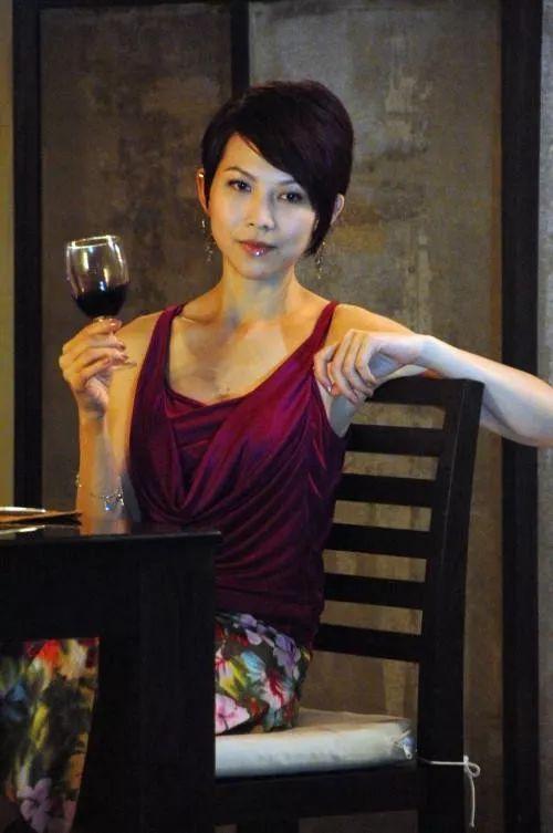有人45岁还能吊打刘亦菲,有人为亡夫终身不再嫁...那些年的港星都还好吗?-第107张图片