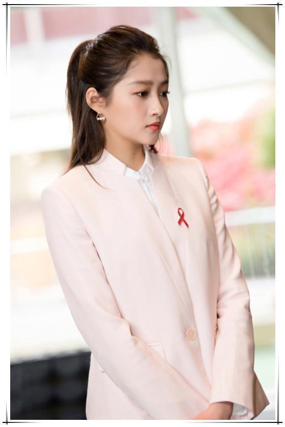 关晓彤 刘亦菲粉色搭配 兼具优雅和干练-第1张图片