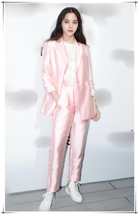 关晓彤 刘亦菲粉色搭配 兼具优雅和干练-第2张图片