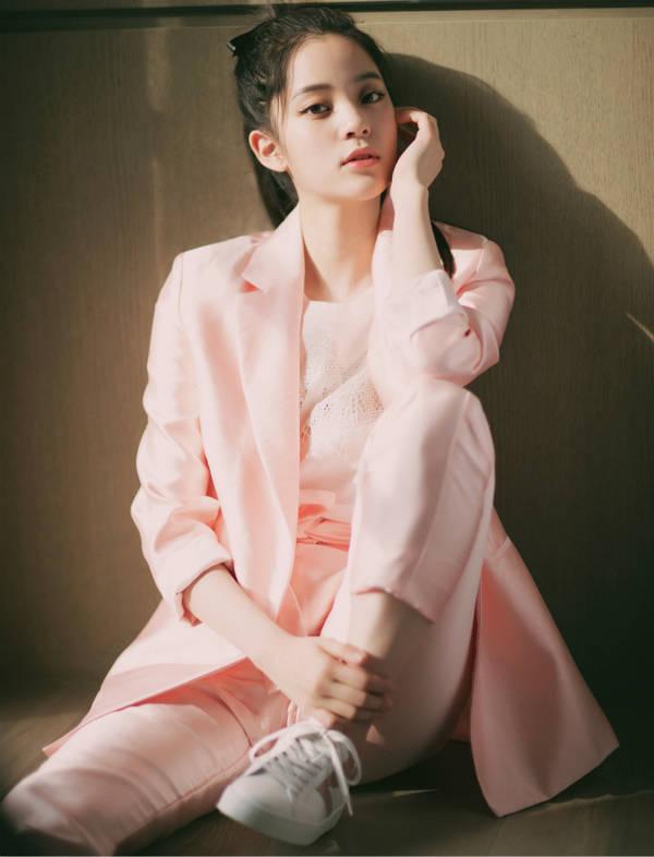 关晓彤 刘亦菲粉色搭配 兼具优雅和干练-第3张图片