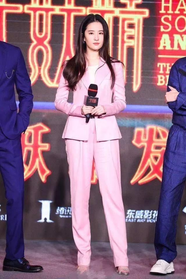 關曉彤 劉亦菲粉色搭配 兼具優雅和干練-第4張圖片