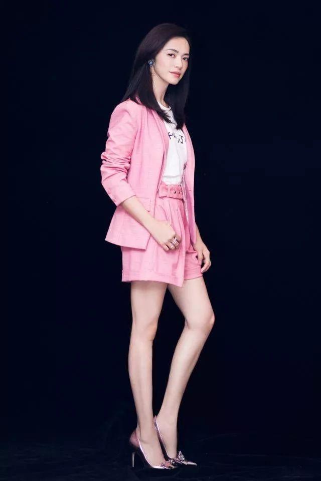 关晓彤 刘亦菲粉色搭配 兼具优雅和干练-第5张图片
