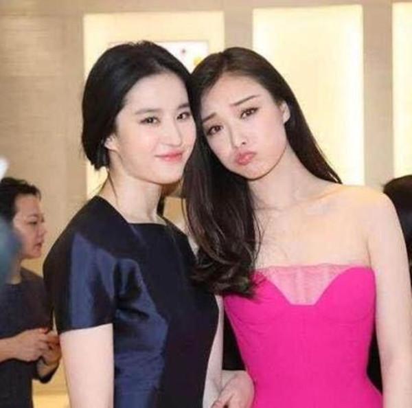 刘亦菲和倪妮同台现身活动, 淡妆的刘亦菲被认成倪妮的助理!-第6张图片