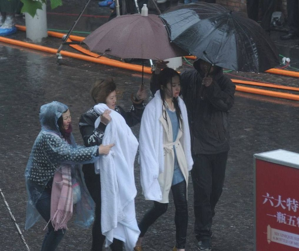 刘亦菲拍戏变成落汤鸡,包裹大毛巾取暖,刘亦菲:用毛巾堵了鼻子-第1张图片