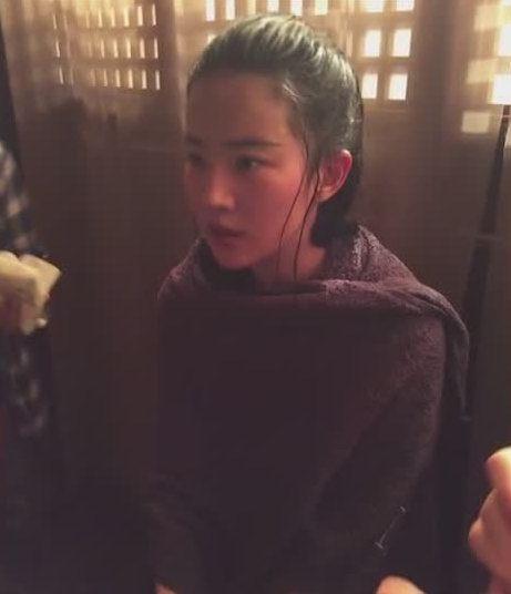 刘亦菲拍戏变成落汤鸡,包裹大毛巾取暖,刘亦菲:用毛巾堵了鼻子-第3张图片