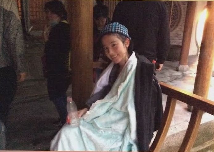 刘亦菲拍戏变成落汤鸡,包裹大毛巾取暖,刘亦菲:用毛巾堵了鼻子-第4张图片