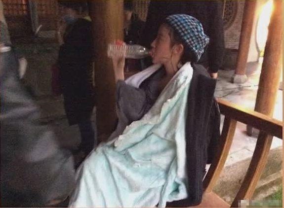 刘亦菲拍戏变成落汤鸡,包裹大毛巾取暖,刘亦菲:用毛巾堵了鼻子-第5张图片