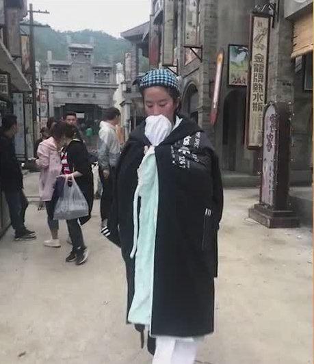 刘亦菲拍戏变成落汤鸡,包裹大毛巾取暖,刘亦菲:用毛巾堵了鼻子-第6张图片