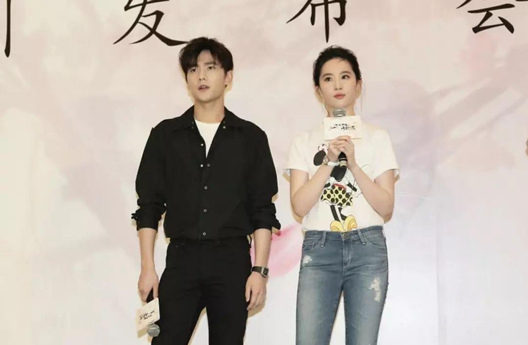 刘亦菲接受采访,网友:原来和杨洋在一起你是这样的刘亦菲-第2张图片