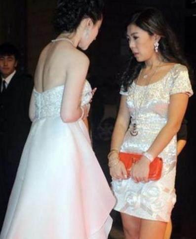 31岁刘亦菲穿袒胸小白裙,裙子不慎下滑-第3张图片