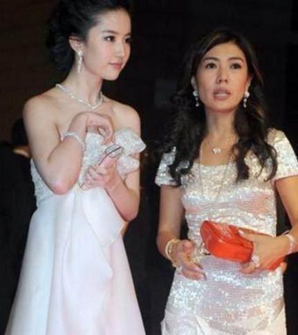 31岁刘亦菲穿袒胸小白裙,裙子不慎下滑-第4张图片