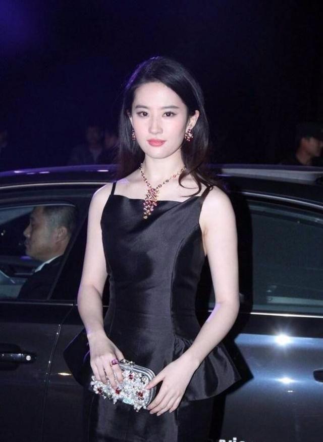 刘亦菲深v裙现身,网友:你还是那么美!-第4张图片