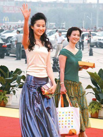 刘亦菲的妈妈听说比她本人还美,厉害了!-第3张图片