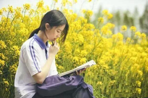 刘亦菲出席活动坐姿引争议 网友:还是自然点好-第1张图片