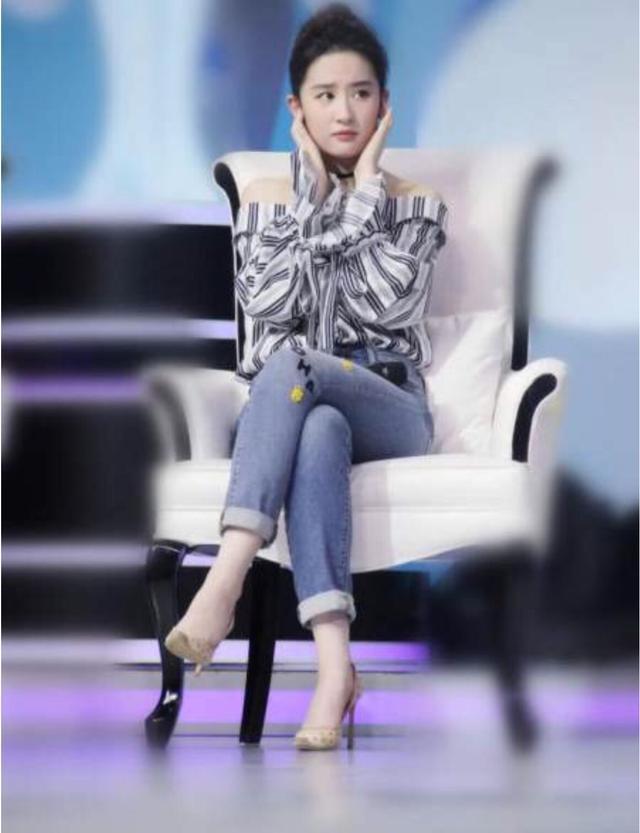 刘亦菲出席活动坐姿引争议 网友:还是自然点好-第4张图片