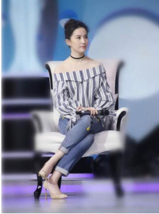 刘亦菲出席活动坐姿引争议 网友:还是自然点好-第5张图片