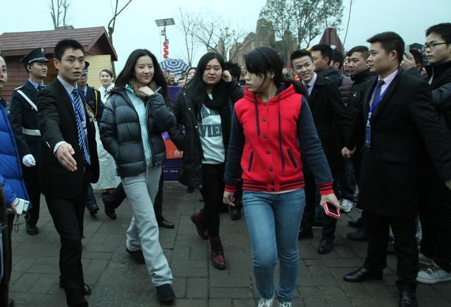 刘亦菲在南充素颜也很美丽,引粉丝追捧-第1张图片