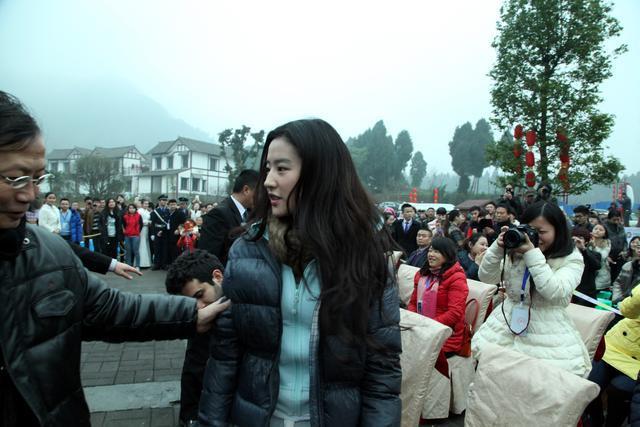 刘亦菲在南充素颜也很美丽,引粉丝追捧-第3张图片