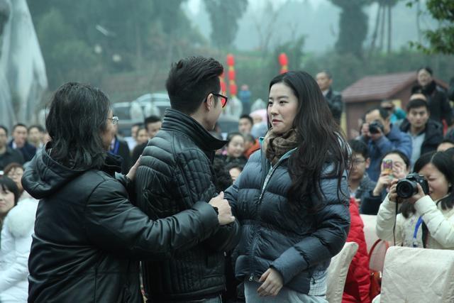 刘亦菲在南充素颜也很美丽,引粉丝追捧-第5张图片
