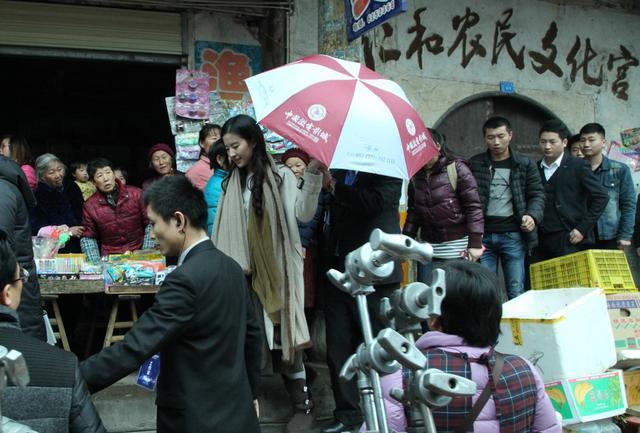 刘亦菲在南充素颜也很美丽,引粉丝追捧-第21张图片