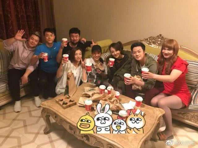 刘亦菲同学聚餐, 某男子成为焦点!-第2张图片