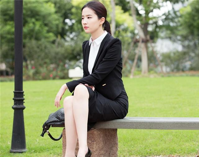 「胸针迷」刘亦菲白衬衫教科书-第2张图片