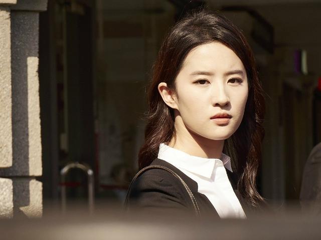 「胸针迷」刘亦菲白衬衫教科书-第4张图片