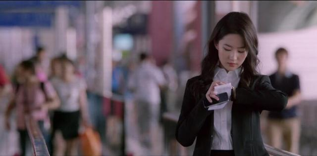 「胸针迷」刘亦菲白衬衫教科书-第7张图片