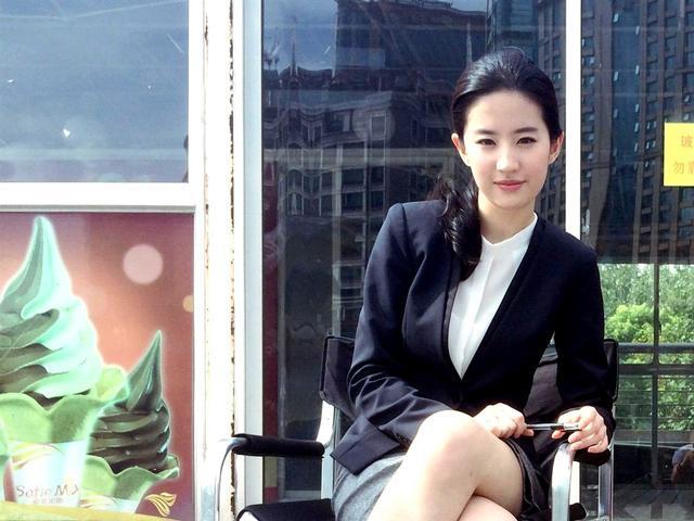 「胸针迷」刘亦菲白衬衫教科书-第14张图片