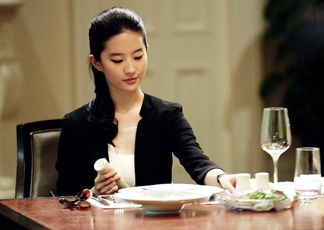 「胸针迷」刘亦菲白衬衫教科书-第24张图片