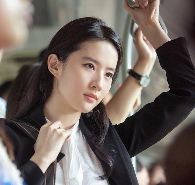 「胸针迷」刘亦菲白衬衫教科书-第32张图片