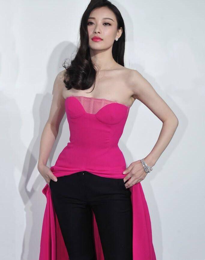 刘亦菲和倪妮同台现身活动, 淡妆的刘亦菲被认成倪妮的助理!-第2张图片