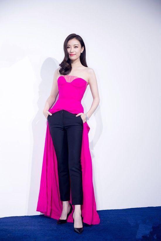 刘亦菲和倪妮同台现身活动, 淡妆的刘亦菲被认成倪妮的助理!-第3张图片