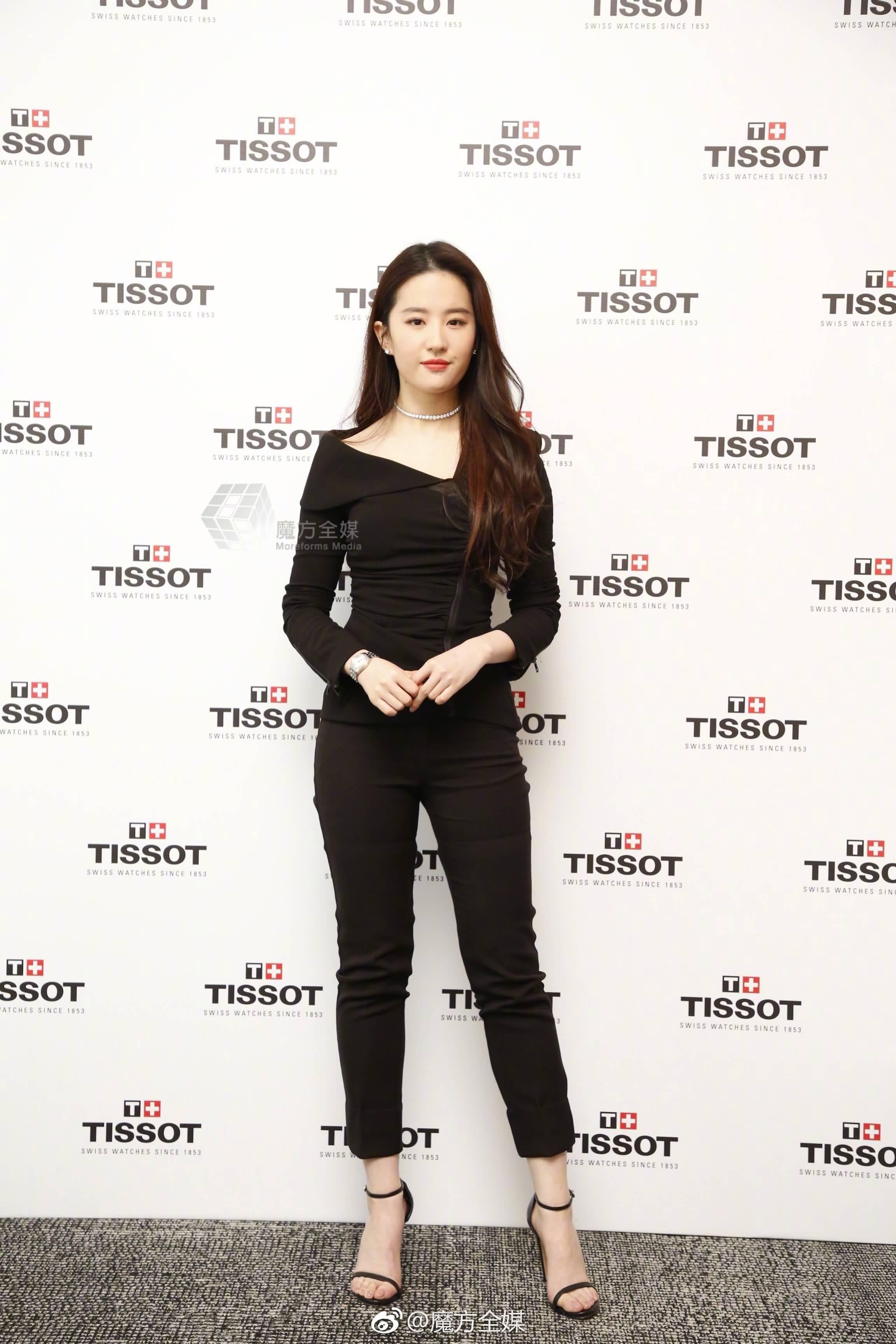 优雅帅气的亦菲出席天梭中国 宝环系列新品发布会