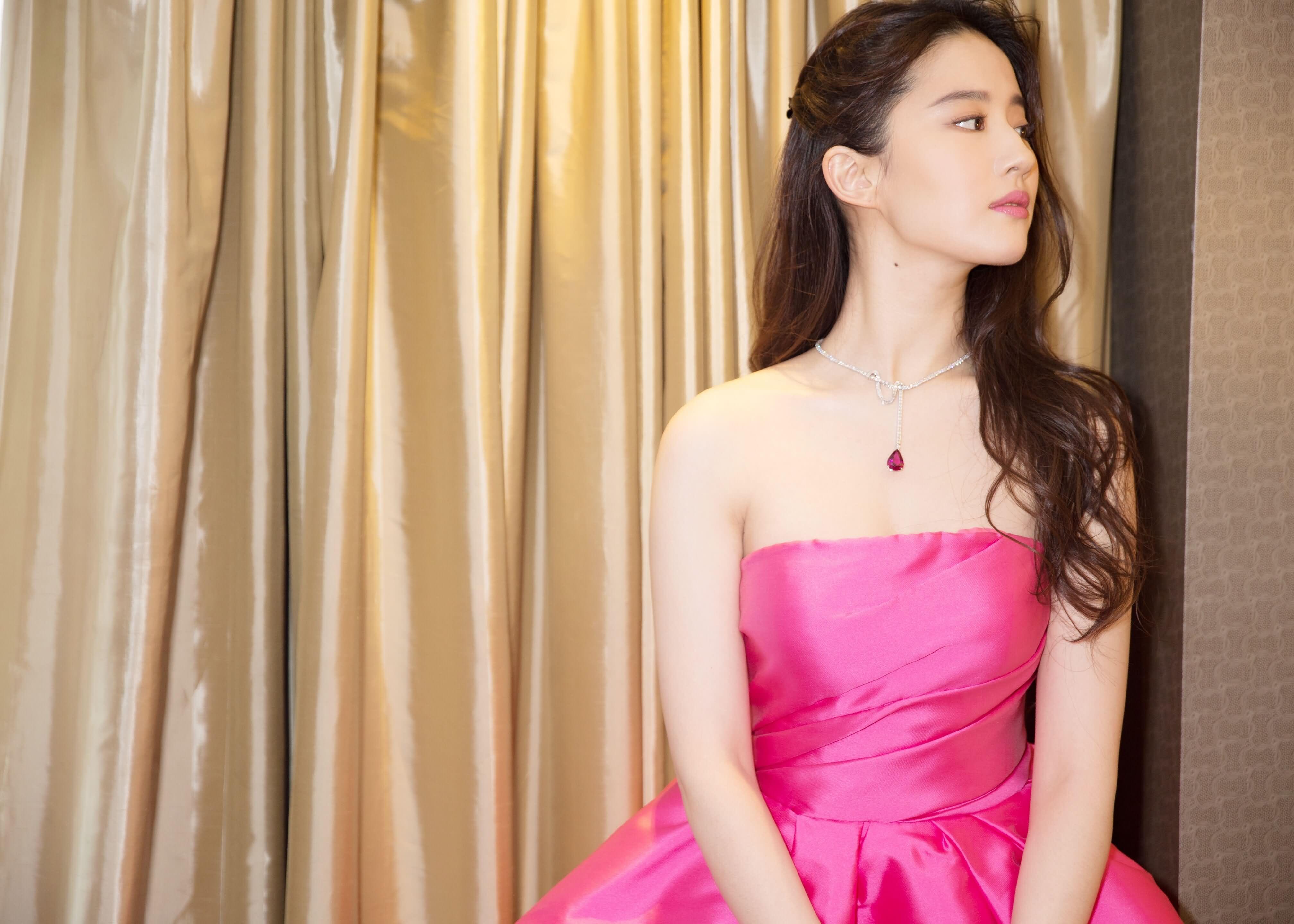 刘亦菲与《烽火芳菲》剧组走上海国际电影节红地毯