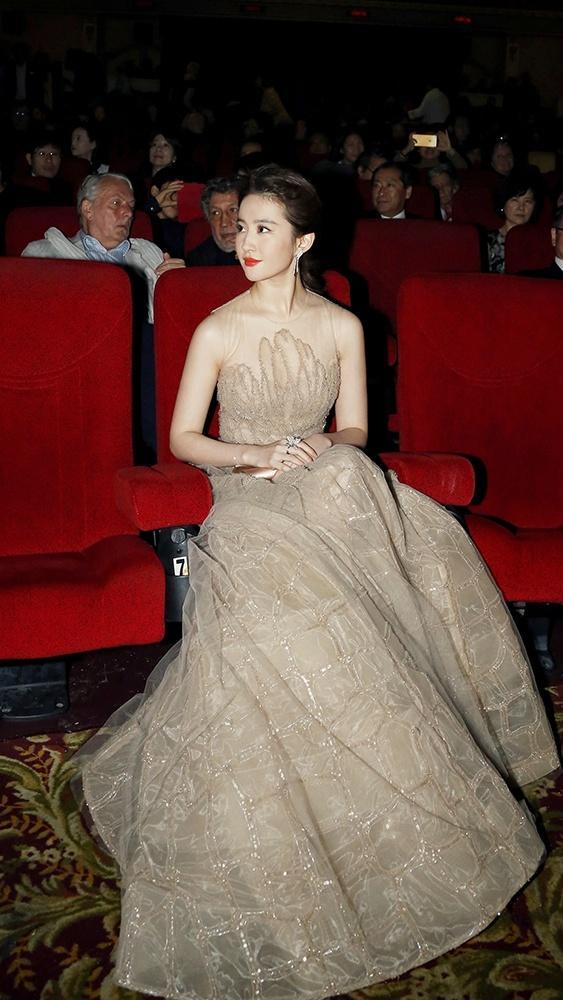裸色长裙优雅清丽亮相蒙特利尔电影节