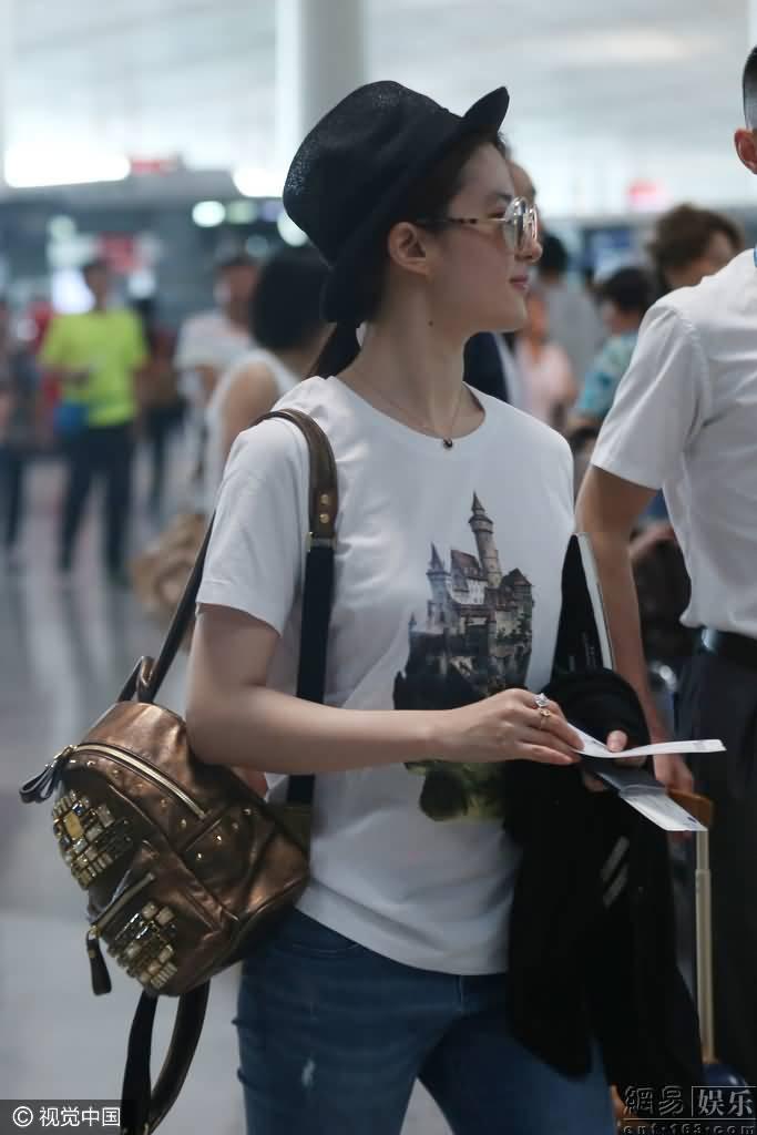 休闲装戴复古墨镜 与妈妈一同出游  《刘亦菲》[2016.6.9]