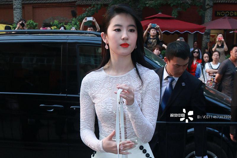 亦菲一袭透视白裙出席北京某活动