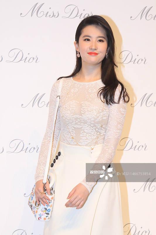 Dior迪奥小姐派对。刘亦菲透视裙诱惑, 撩秀发红唇性感电力十足