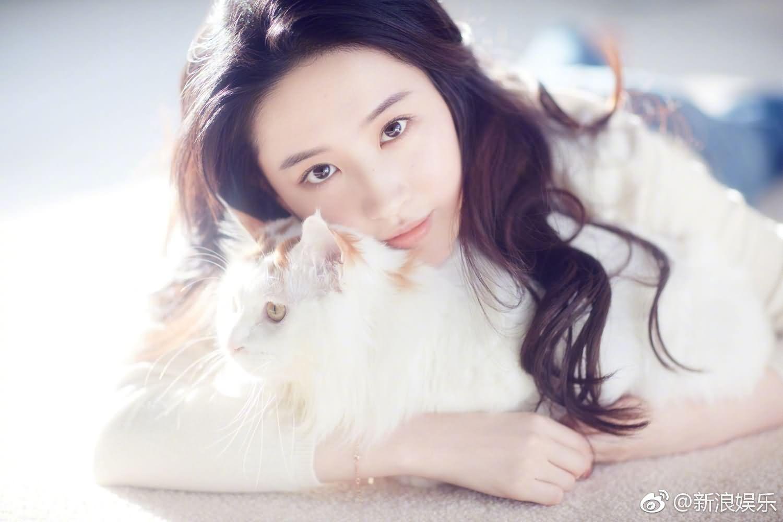 刘亦菲搂萌宠拍大片 一改冷艳气质回归温暖少女