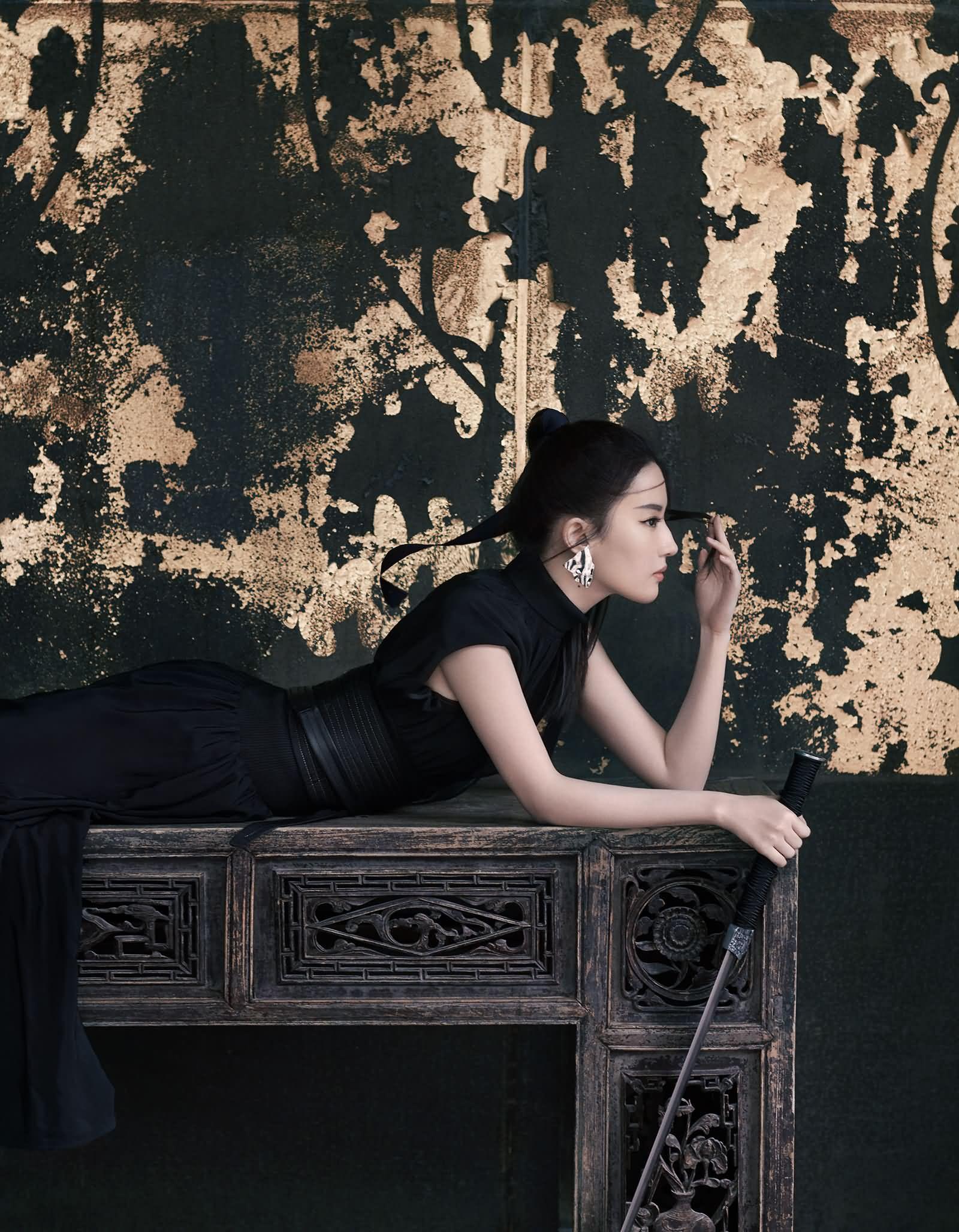 《时尚COSMO》演员刘亦菲荣登24周年刊封面人物