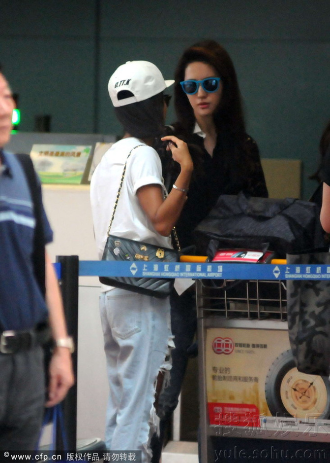 穿蕾丝衬衫现身机场 抱毛绒玩具显萌态 《刘亦菲》[2014.7.23]