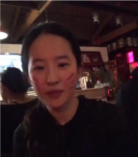 劉亦菲清瘦近照曝光,網友:這是回到小龍女了?-第2張圖片