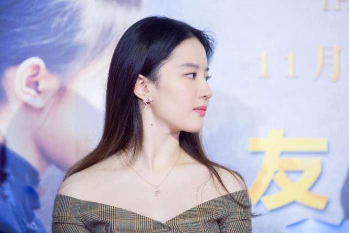31歲的劉亦菲雙肩距離真寬,網友:故意的吧-第3張圖片