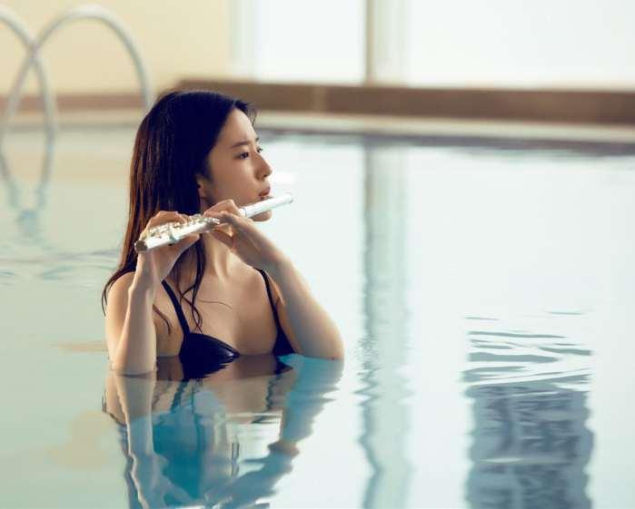 刘亦菲刘诗诗同穿吊带泳衣 网友: 这下差距拉得远了-第2张图片
