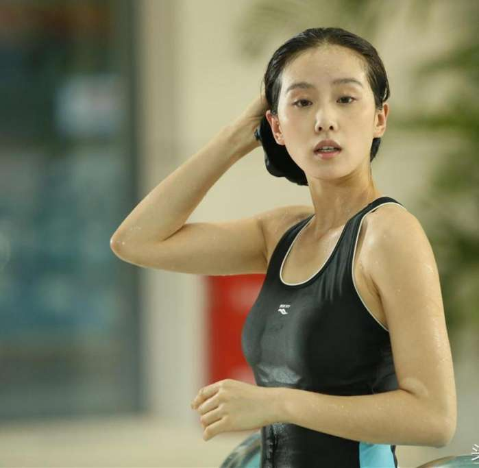 刘亦菲刘诗诗同穿吊带泳衣 网友: 这下差距拉得远了-第6张图片