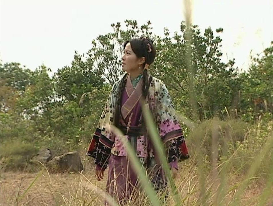藏在草丛中的古装女子,叶璇淳朴、刘亦菲清纯、贾静雯俏丽-第1张图片