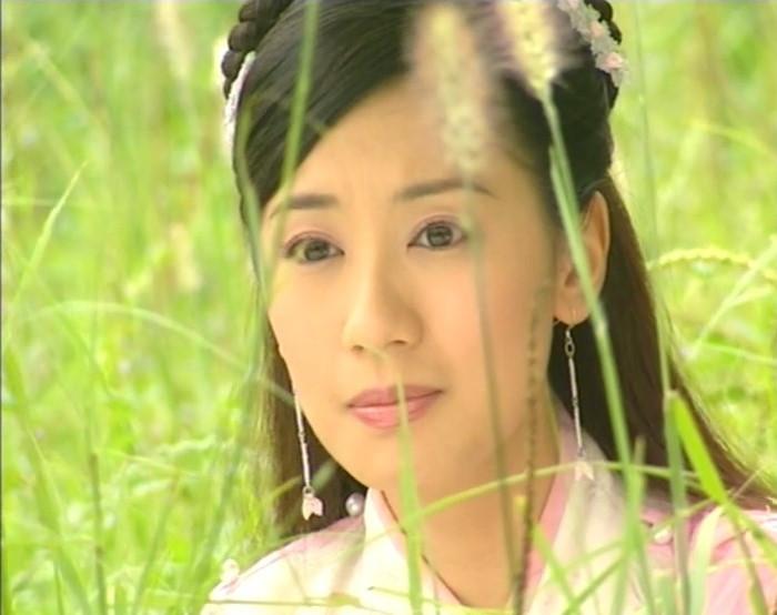 藏在草丛中的古装女子,叶璇淳朴、刘亦菲清纯、贾静雯俏丽-第2张图片