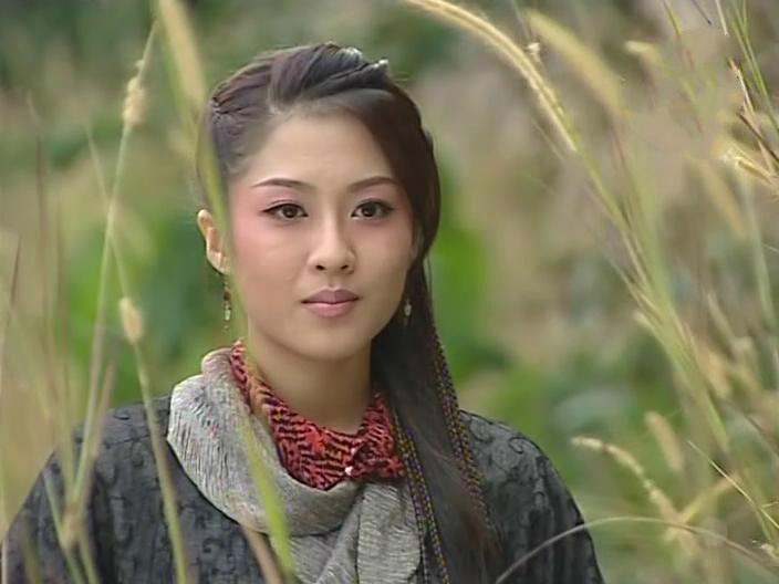 藏在草丛中的古装女子,叶璇淳朴、刘亦菲清纯、贾静雯俏丽-第3张图片