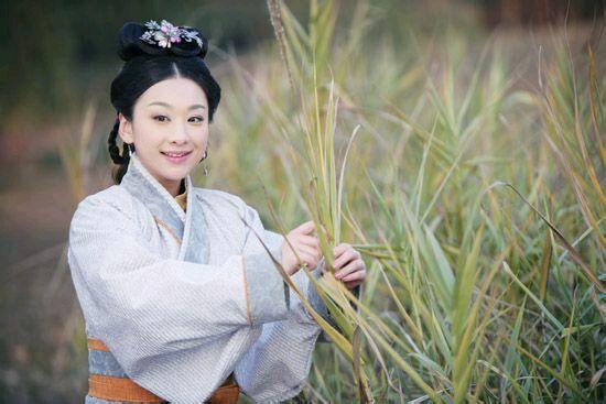 藏在草丛中的古装女子,叶璇淳朴、刘亦菲清纯、贾静雯俏丽-第5张图片